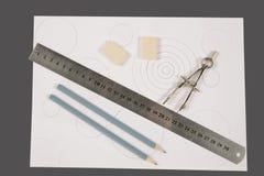 Teiler, Bleistifte und Radiergummi auf Papier Lizenzfreie Stockfotos