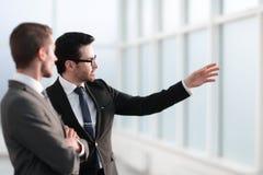 Teilhaber, die Aussichten Arbeits sich besprechen stockfotografie