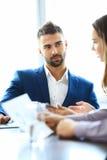 Teilhaber, die Dokumente und Ideen bei der Sitzung besprechen Lizenzfreies Stockfoto