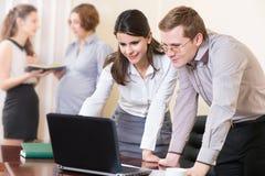 Teilhaber, die mit Laptop arbeiten Lizenzfreies Stockbild