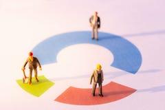 Teilhaber im 3-teiligen Kreisdiagramm, blau, rot und grün Ei und unterbrochene Eierschalen auf wei?em Hintergrund lizenzfreie stockbilder