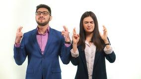Teilhaber kreuzten ihre Finger und schlossen ihre Augen, die aktiv erfolgreiche Fertigstellung des Abkommenmannes wünschen Lizenzfreie Stockfotografie