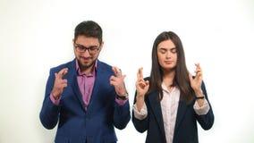Teilhaber kreuzten ihre Finger und schlossen ihre Augen, die aktiv erfolgreiche Fertigstellung des Abkommens wünschen Stockfotos