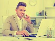 Teilhaber mit intelligentem Telefon und Laptop Stockfotos