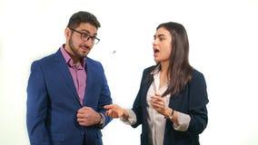 Teilhaber werfen eine Münze, die ein Mädchen öffnete ihren Mund die Konzentrate eines Kerls überrascht ist, die eine Münze betrac Lizenzfreies Stockfoto