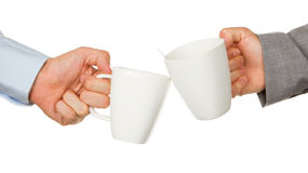 Teilhaberhände, die Tasse Kaffees anhalten stockfotografie