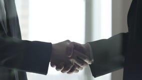 Teilhaberhändeschütteln im Verhandlungsraum, Abkommenabschlussgeste stock video footage