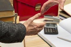 Teilhaberhändeschütteln, nachdem Vertrag unterzeichnet worden ist Pertnership Stockfoto