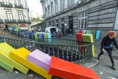 Teilnehmer der Freilichtaktion der Domino-Effekt, in der Mitte der alten Stadt, nahe dem Bahnhof Stockbilder