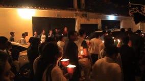 Teilnehmer der Nachtzeitprozession auf Ostersonntag stock video footage