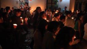 Teilnehmer der Nachtzeitprozession auf Ostersonntag stock footage
