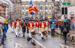Teilnehmer der Sechselauten-Parade, die entlang Uraniastra überschreitet lizenzfreies stockbild