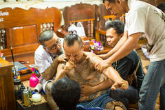 Teilnehmer der Vorlagentageszeremonie bei fähigem Khong Khuen während des Wai Kroo-Rituals an Knall Pra-Kloster Lizenzfreie Stockfotografie