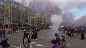 Teilnehmer des chinesischen neuen Jahres führen in Barcelona vor stock video footage