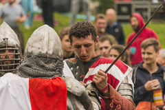 Teilnehmer des Festivals in der Ritterrüstung bereitet sich zu den Kämpfen vor Stockbilder
