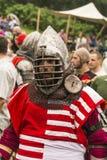 Teilnehmer des Festivals in der Ritterrüstung bereitet sich zu den Kämpfen vor Lizenzfreie Stockbilder