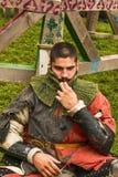 Teilnehmer des Festivals in der Ritterrüstung nach Kämpfen Lizenzfreie Stockfotos
