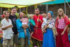 Teilnehmer des Festivals des Volkskultur Russe-Tees Festival jährlich gehalten in Grishino-ecovillage seit 2012 Stockfotos
