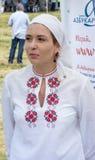Teilnehmer des Festivals Rozhen in gestickte nationale Kostüme lizenzfreie stockbilder