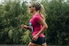 Teilnehmer des Marathonlaufens auf Bahn Stockfotos