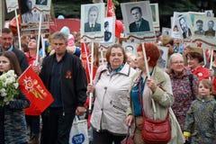 Teilnehmer des Marsch Unsterblich-Regiments Bereits mehr als 40 Jahre verstrichen vom Tag des Sieges über Faschismus, und Leute k Stockfotografie