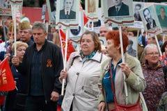 Teilnehmer des Marsch Unsterblich-Regiments Bereits mehr als 40 Jahre verstrichen vom Tag des Sieges über Faschismus, und Leute k Stockbilder