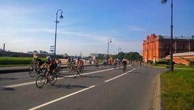 Teilnehmer des Radfahrenstadiums des Triathlon Stockfotografie