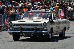 Teilnehmer, die Auto während der 34. jährlichen Meerjungfrau-Parade bei Coney Island reiten Lizenzfreie Stockfotos