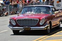Teilnehmer, die Auto während der 34. jährlichen Meerjungfrau-Parade bei Coney Island reiten Stockfotos