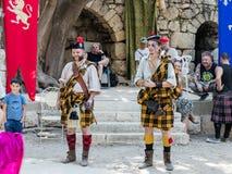 Teilnehmer an die Festival ` Ritter von Jerusalem-` gekleidet als der schottische Schutz stehen auf Stadium in Jerusalem, Israel Lizenzfreies Stockfoto
