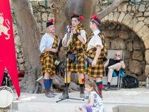 Teilnehmer an die Festival ` Ritter von Jerusalem-` gekleidet als der schottische Schutz stehen auf Stadium in Jerusalem, Israel Lizenzfreie Stockfotos