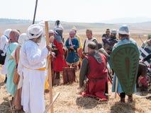 Teilnehmer an die Rekonstruktion von den Hörnern von Hattin-Kampf im Jahre 1187 auftretend als Saladin, sprechend mit den Gefange Stockbilder