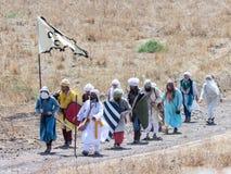Teilnehmer an die Rekonstruktion von Hörnern von Hattin kämpfen im Jahre 1187 nach links das Lager zu Fuß und gehen zum Schlachtf Stockbild