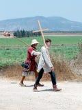Teilnehmer an die Rekonstruktion von Hörnern von Hattin kämpfen im Jahre 1187 nach links das Lager zu Fuß und gehen zum Schlachtf Stockbilder