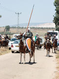 Teilnehmer an die Rekonstruktion von Hörnern von Hattin kämpfen im Jahre 1187 nach links das Lager zu Pferd und Fahrt gehen zum S Stockfotografie