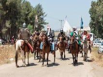 Teilnehmer an die Rekonstruktion von Hörnern von Hattin kämpfen im Jahre 1187 nach links das Lager zu Pferd und Fahrt gehen zum S Stockfoto