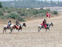 Teilnehmer an die Rekonstruktion von Hörnern von Hattin kämpfen im Jahre 1187 nach links das Lager zu Pferd und gehen zum Schlach Lizenzfreie Stockfotos