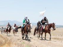 Teilnehmer an die Rekonstruktion von Hörnern von Hattin kämpfen im Jahre 1187 nach links das Lager zu Pferd und gehen zum Schlach Lizenzfreie Stockbilder