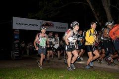 Teilnehmer kickstart Rennen des frühen Morgens Stockfotos