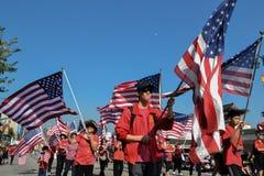 Teilnehmer mit amerikanischen Flaggen während des 117. goldenen Drachen Stockbilder