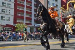 Teilnehmer mit Pferd während 117. goldenen Dragon Parades Lizenzfreies Stockbild
