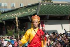 Teilnehmer mit typischem Kostüm während des 117. goldenen Drachen Stockbild