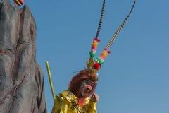 Teilnehmer mit typischem Kostüm während des 117. goldenen Drachen Lizenzfreie Stockfotografie