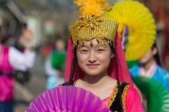 Teilnehmer mit typischem Kostüm während des 117. goldenen Drachen Stockfotos