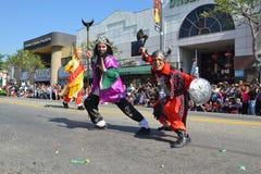 Teilnehmer mit typischem Kostüm während des 117. goldenen Drachen Lizenzfreies Stockbild