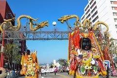 Teilnehmer mit typischem Kostüm während des 117. goldenen Drachen Lizenzfreie Stockbilder
