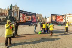 Teilnehmer protestiert gegen Abtreibung auf Hauptmarktplatz nahe Kirche unserer Dame Stockbilder