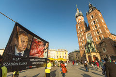 Teilnehmer protestiert gegen Abtreibung auf Hauptmarktplatz nahe Kirche unserer Dame Assumed in Himmel Stockfotografie