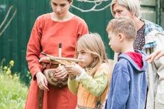 Teilnehmer schießt eine Spielzeugarmbrust auf das Purim-Festival mit König Arthur in der Stadt von Jerusalem, Israel lizenzfreie stockfotografie