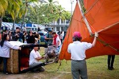 Teilnehmer sprengen ihre Ballone Lizenzfreies Stockfoto